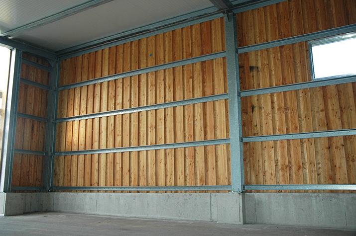 Auvent : bonne intégration paysagère mélange charpente métallique avec bardage en bois