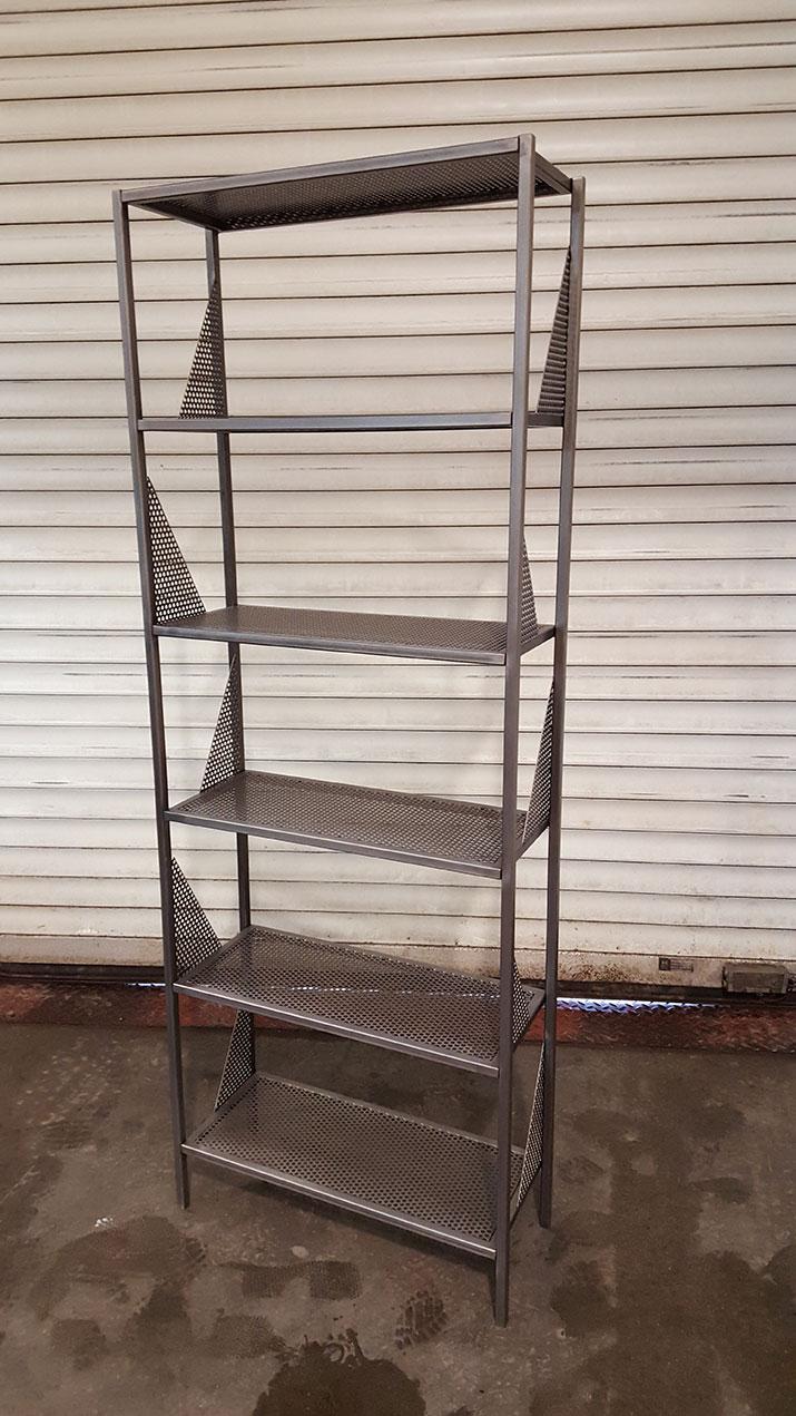 Bibliothèques sur mesure, en acier perforé, vernis mat transparent